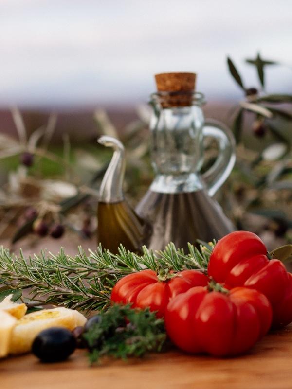 olio d'oliva, spezie e verdure tipiche della cucina toscana